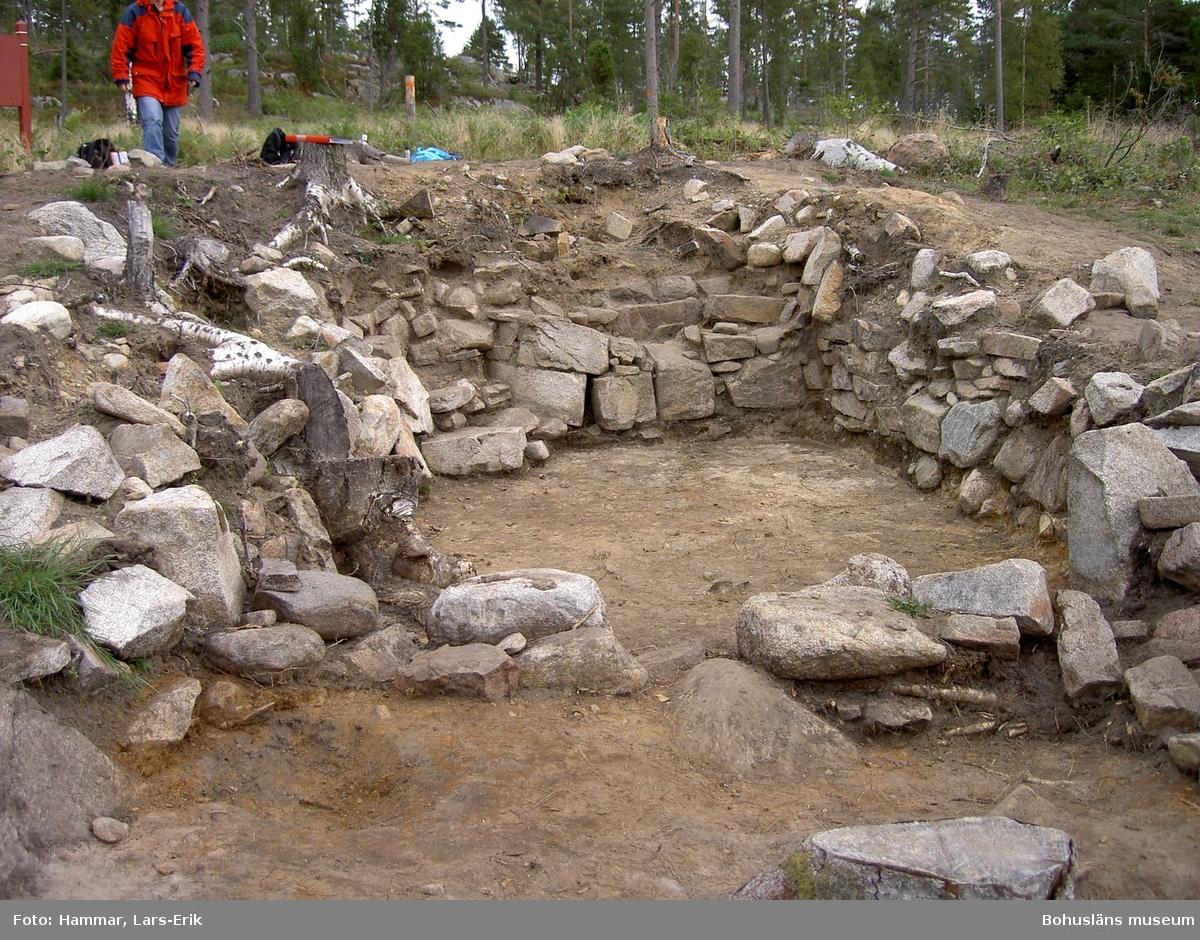 Bostadshus på Snarsmon. Bilden är tagen i samband med arkeologisk undersökning 2005 och visar det större bostadshuset under utgrävning.   Foto: Lars-Erik Hammar, Bohusläns museum.