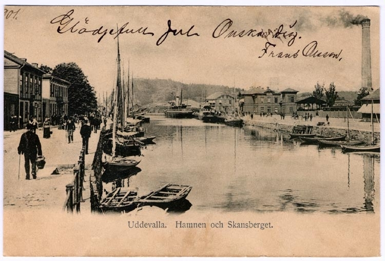 """Tryckt på kortet: """"Uddevalla. hamnen och Skansberget."""""""