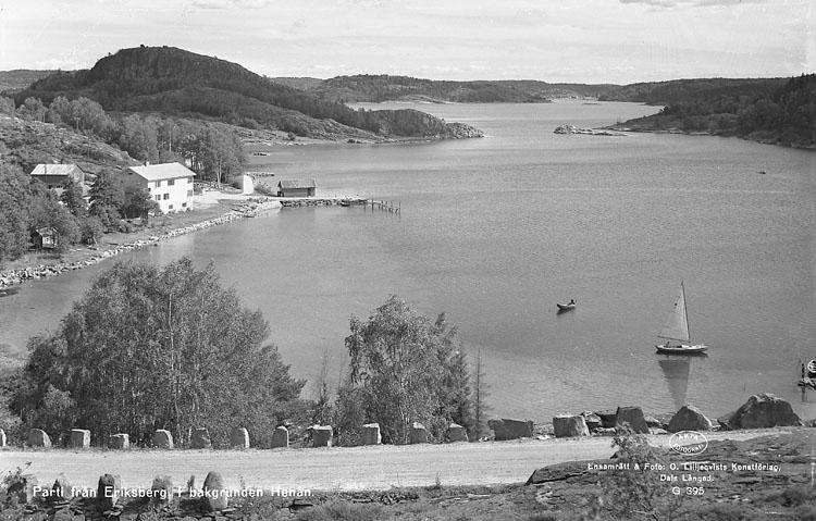 """Enligt AB Flygtrafik Bengtsfors: """"Eriksberg fr. berget utåt sjön Bohuslän""""."""