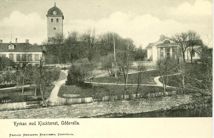 """Tryckt text på bilden: """"Kyrkan och klocktornet, Uddevalla.""""    """"Förlag: Bröderna Brattberg, Uddevalla."""""""