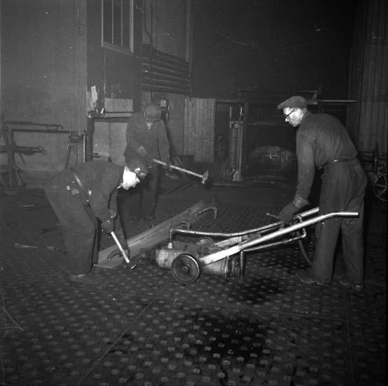 Bockning av spant på spantplan vid spantugnen, plåthallen Kasen.