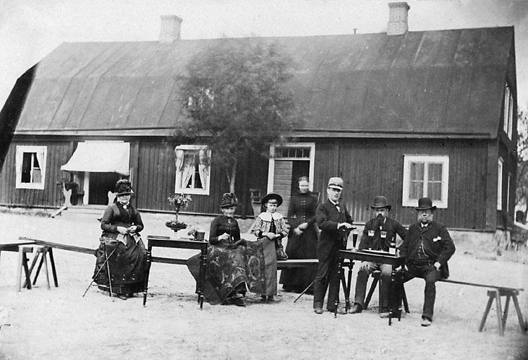 """Stämplat på framsidan: """"Cabinet Fotografi, Karl Eneman & Alexander Lindheborg, Karlshamn."""" Bläckstämpel på baksidan: """"N.E. Plymouthz, Australia, Fotografiatelier."""""""