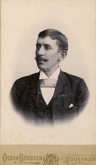 """Text på kortets baksida: """"Patrik Bergström, maskinist vid Uddevalla tändsticksfabrik från omkr. 1895 fram till 1906, då han flyttade till Ekmanska sjukhuset i Göteborg, även där maskinist. Född i håby 1868 död i Göteborg omkring 1955""""."""
