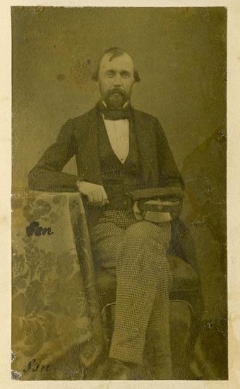 """Text på kortets baksida: """"Svensson, Telegrafkommisarie, Vänersborg""""."""