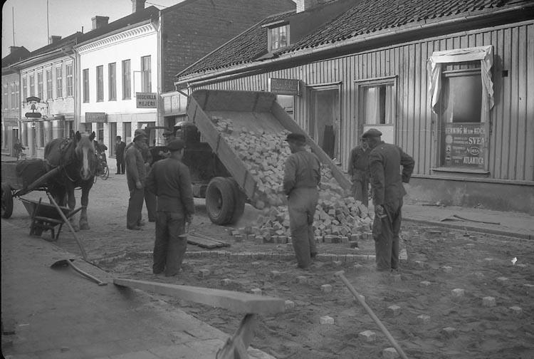 """Enligt notering: """"Stensättning 21/10 1947""""."""