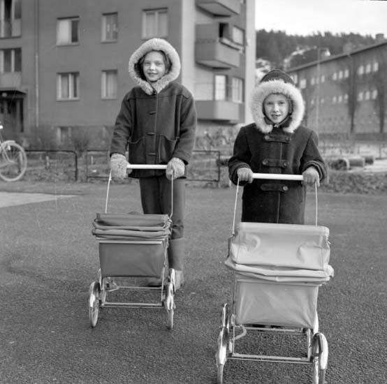 """Enligt notering: """"Små flickor med barnvagnar d 19/2 -59""""."""