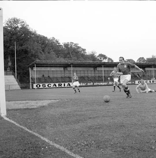 Nisse Persson på väg mot målet under fotbollsmatch