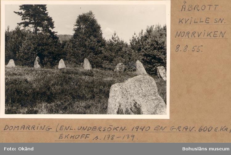 """Noterat på kortet: """"ÅBRÅTT KVILLE SN. NORRVIKEN 8.8.55"""". """"DOMMARRING (ENL. UNDERSÖKN. 1940 EN GRAV. 600 E Kr). EKHOFF s. 178-179""""."""