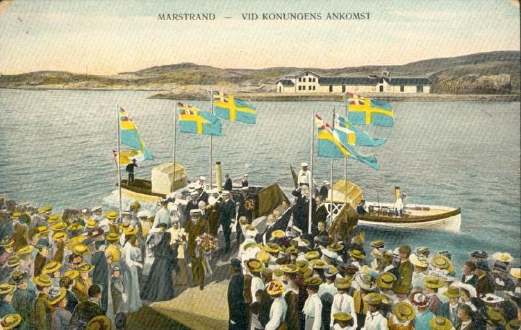"""Tryckt text på kortet: """"Marstrand - Vid kungens ankomst.""""    ::"""
