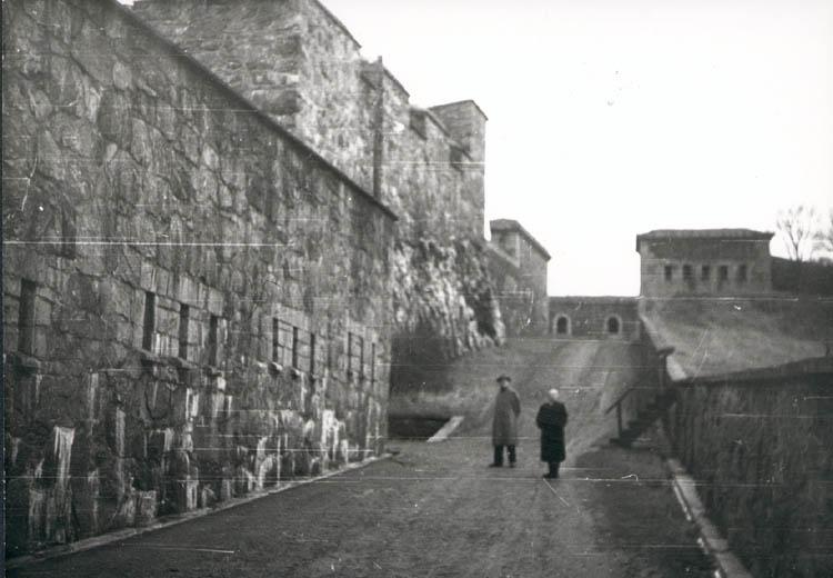 """Noterat på kortet: """"Marstrand. Mor och far i Ms. fästningen. Juldagen 1959."""""""