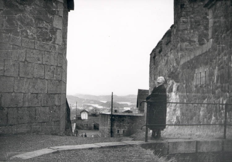 """Noterat på kortet: """"Marstrand. Mor i Marstrands fästningen. Juldagen 1959."""""""