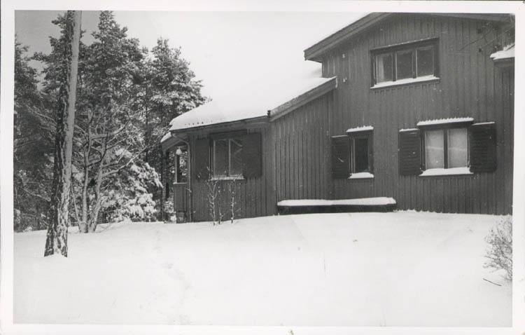 """Noterat på kortet: """"Stillingsön."""" """"Fam. Prof. J. Arvid Hedvalls villa """"Hindsbo"""". Vintern 57."""""""