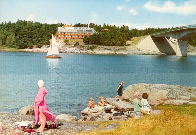 """Tryckt text på kortet: """"Stenungsund. Hotell Stenungsbaden med badliv i förgrunden."""""""