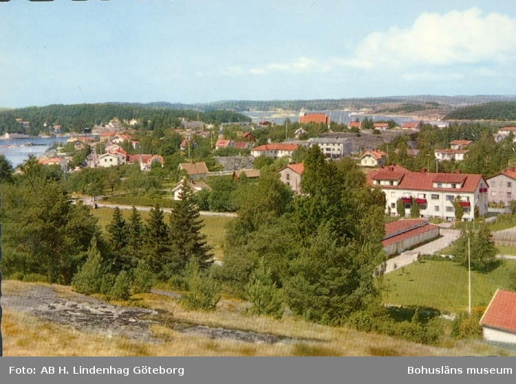 """Tryckt text på kortet: """"Utsikt över Stenungsund med fjorden och Stenungsön i bakgrunden."""""""