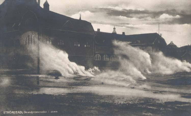 Stormsjöar över strandpromenaden 1924
