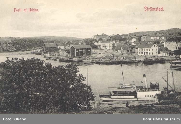 """Tryckt text på kortet: """"Parti af Udden. Strömstad."""" """"Förlag: Frida Dahlgren, Garn- & Kortvaruaffär, Strömstad."""""""