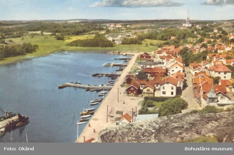"""Tryckt text på kortet: """"Grebbestad."""" Noterat på kortet: """"Grebbestad Tanums Sn. (Norrviken)."""" """"Utsikt norr."""" """"Ensamrätt: A.B. Högströms Pappersaffär, Uddevalla."""""""