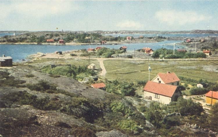 """Tryckt text på kortet: """"Hjuvik och Varholmen."""" """"Leopold Olsson, Hjuvik."""" Noterat på kortet: """"Hjuvik Torslanda Sn."""" """"Utsikt vnv. I fonden Öckerö."""""""
