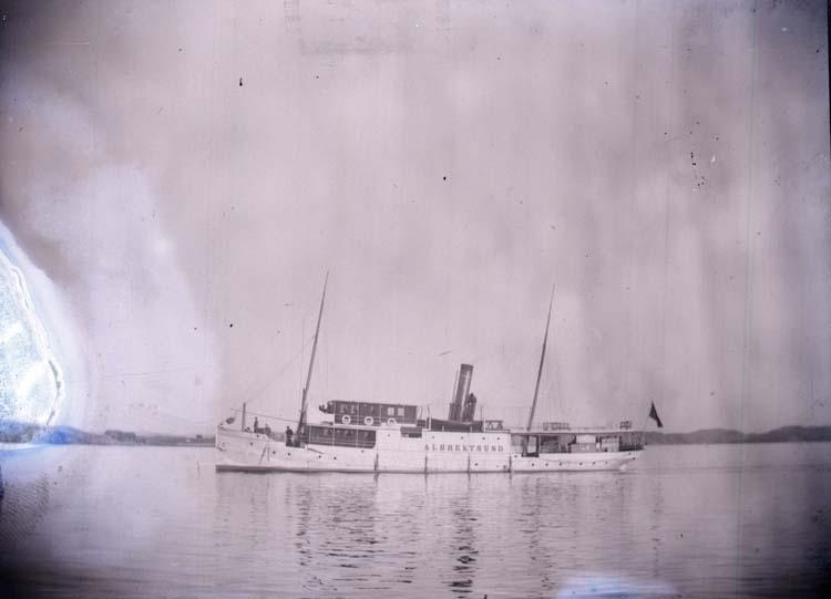 """Enligt text som medföljde bilden: """"Lysekil, Ångaren Albrektsund, 1897."""" ::"""