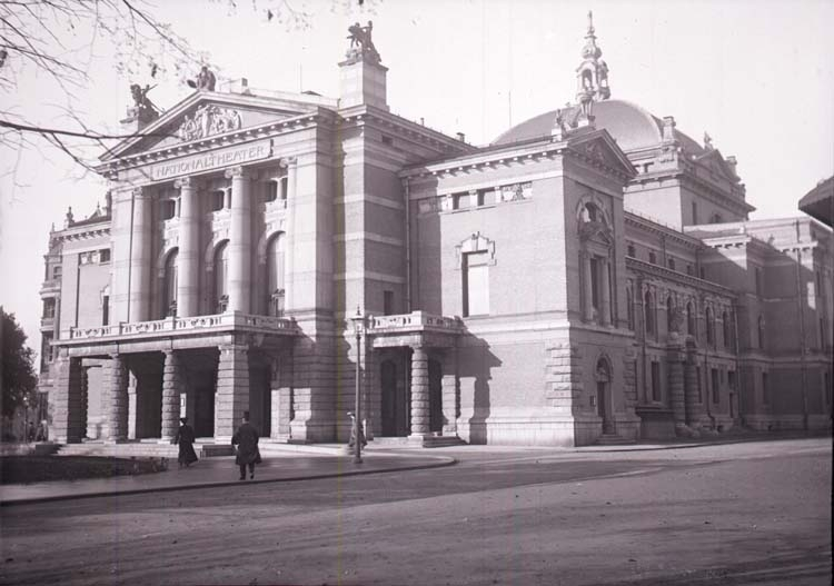 "Enligt text som medföljde bilden: ""Christiania. Nationalteatern 26/9-5/10 04."""