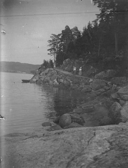 """Enligt text som medföljde bilden: """"Gustafsberg. Strandvägen 1897."""" ::"""