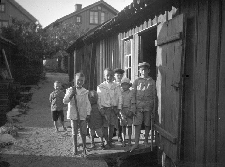 """Enligt text som medföljde bilden: """"Grupp af barn""""."""