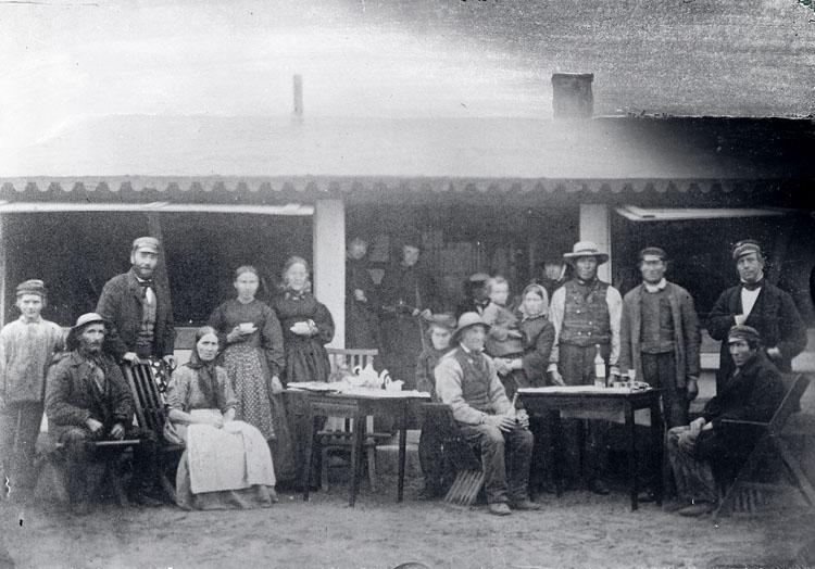 Badhuspersonal samlade runt ett kaffebord och ett brännvinsbord år 1862