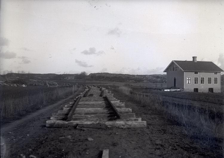 "Enligt text som medföljde bilden: ""Ulseröd, Jernvägsbanken Okt 12""."