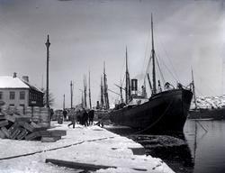 Sillastning vintertid vid kaj i Marstrand.
