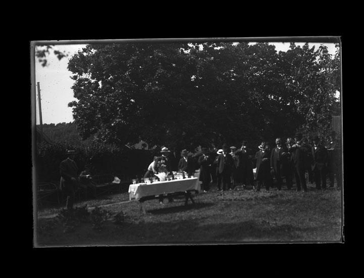"""Enligt text som medföljde bilden: """"Kvistrum. Grupp fr. Jernvägsinvigningen 1913."""""""