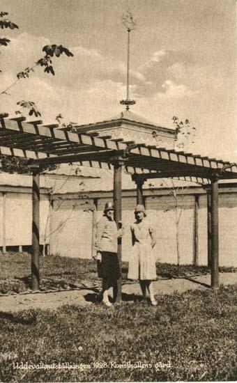"""Vykort från """"Uddevallautställningen 1928. Konsthallens gård."""""""