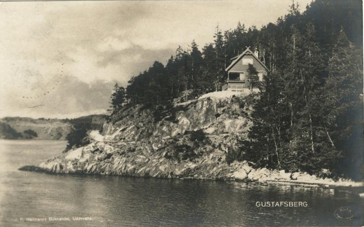 """Tryckt text på vykortets framsida: """"Uddevalla, Gustafsberg. Motiv från strandvägen."""""""
