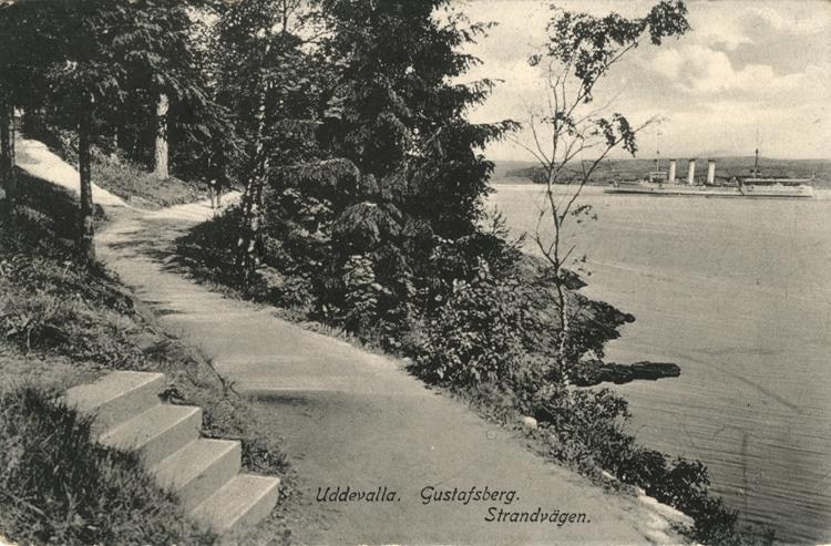 """Tryckt text på vykortets framsida: """"Uddevalla. Gustafsberg. Strandvägen."""""""