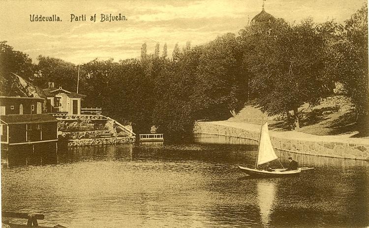 """Tryckt text på vykortets framsida: """"Uddevalla, Parti af Bäfveån."""" ::"""