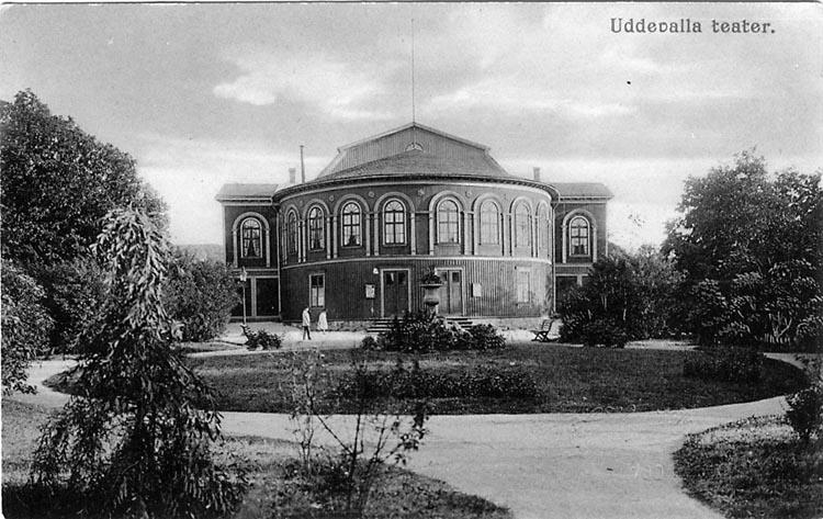 """Tryckt text på vykortets framsida: """"Uddevalla, Teatern"""".  ::"""