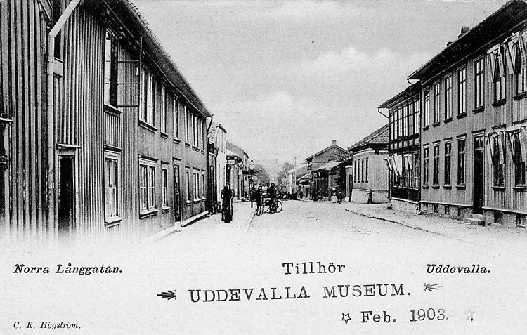 """Tryckt text på vykortets framsida: """"Norra Långgatan Uddevalla"""".  ::"""