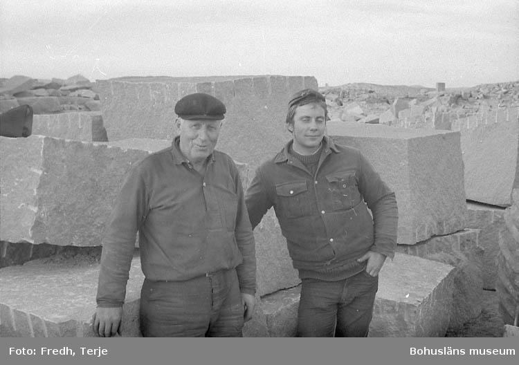"""Enligt fotografens notering: """"Axel Alexandersson, Conny Hjälte = stenhuggare på Malmön 1970""""."""