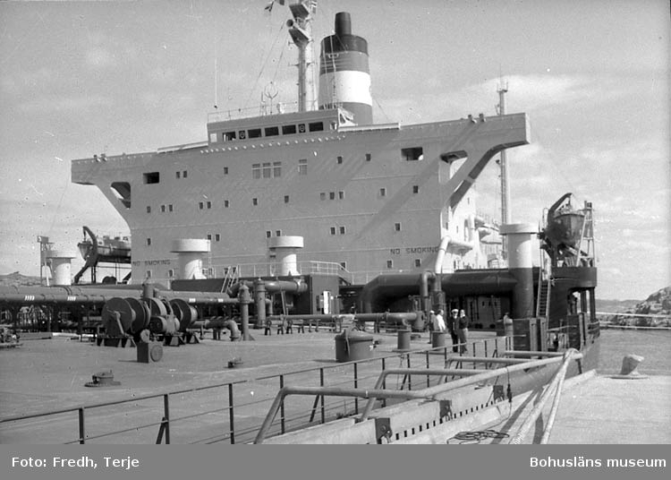 """Enligt fotografens notering: """"Rep. om lotsning av supertanker i Brofjorden""""."""