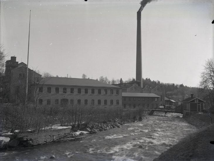 """1936. 11. Munkedals Fabrik vid porten."""
