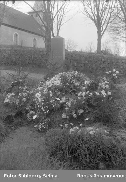 """Enligt medföljande noteringar: """"Prästen Möllers gravvård, Foss Kyrkogård."""""""