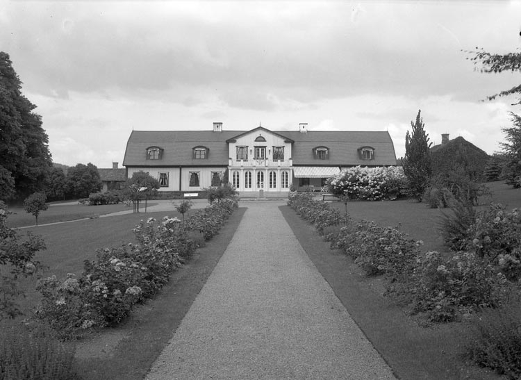 "Text som medföljde bilden: ""1937. 16. Herrgården i sommarskrud."""