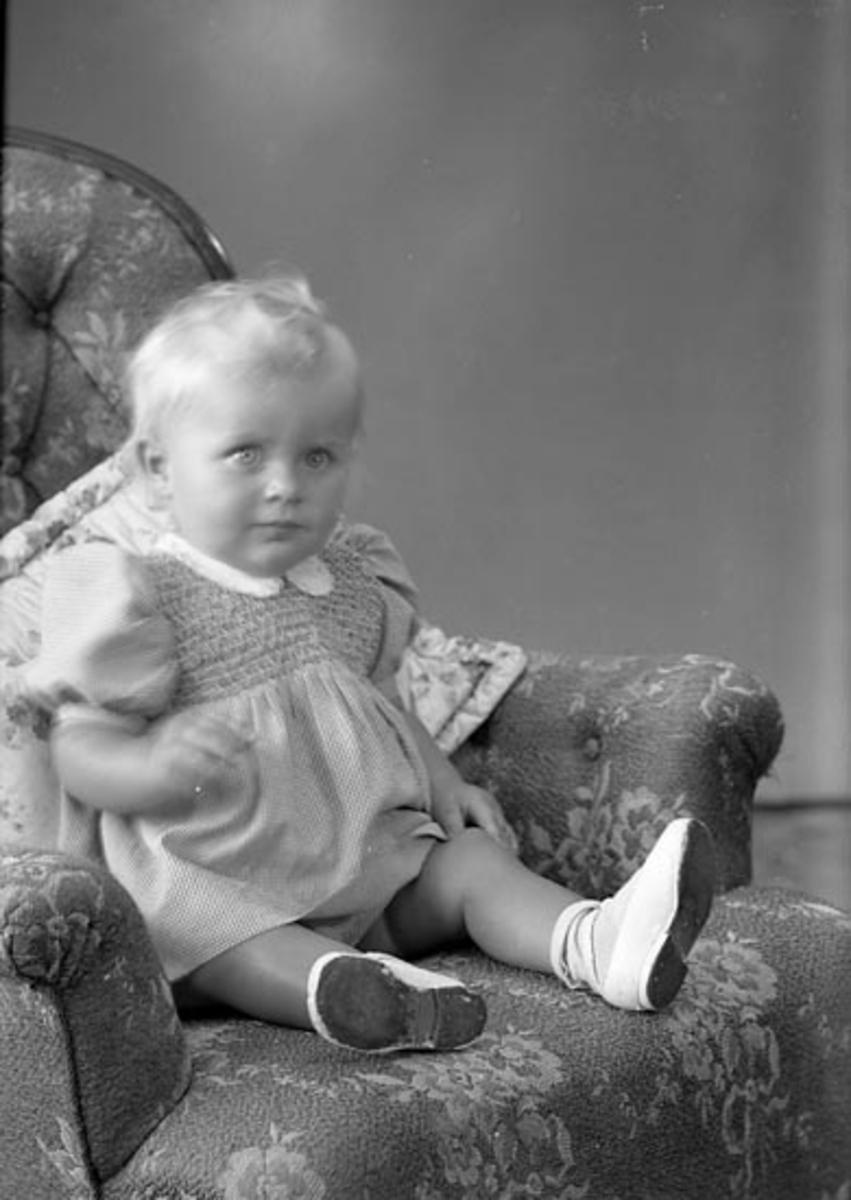 """Enligt fotografens journal nr 7 1944-1950: """"Bernhardsson, Monika Varekil""""."""