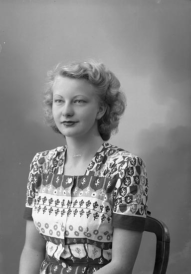 "Enligt fotografens journal nr 7 1944-1950: ""Hedberg, Fr. Siv Stenungsund""."