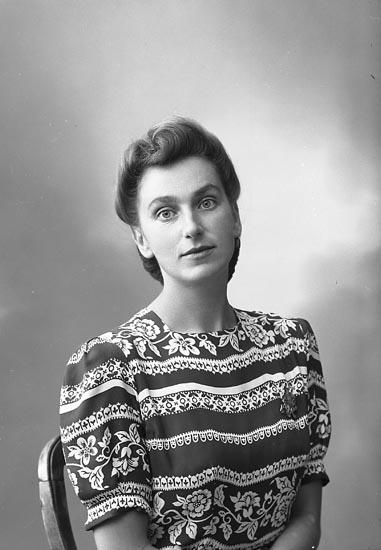 """Enligt fotografens journal nr 7 1944-1950: """"Nilsson, Fru Ingeborg adr. Andersson, Ödsmål""""."""