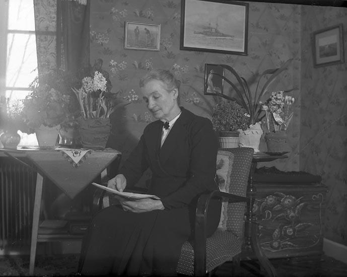 """Enligt fotografens journal nr 8 1951-1957: """"Fru Bertha Olausson, Hövik Höviksnäs 75 år""""."""