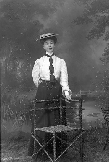 """Enligt fotografens journal nr 1 1904-1908: """"Stiberg, Fröken Stenungsund""""."""