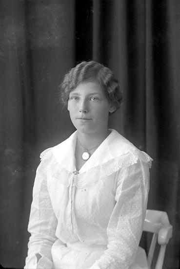 """Enligt fotografens journal nr 3 1916-1917: """"Rutgersson, Astrid St. Askerön Här""""."""