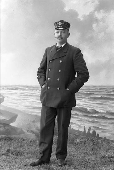 """Enligt fotografens journal nr 1 1904-1908: """"Eriksson, Vaktmästare St-s.d""""."""