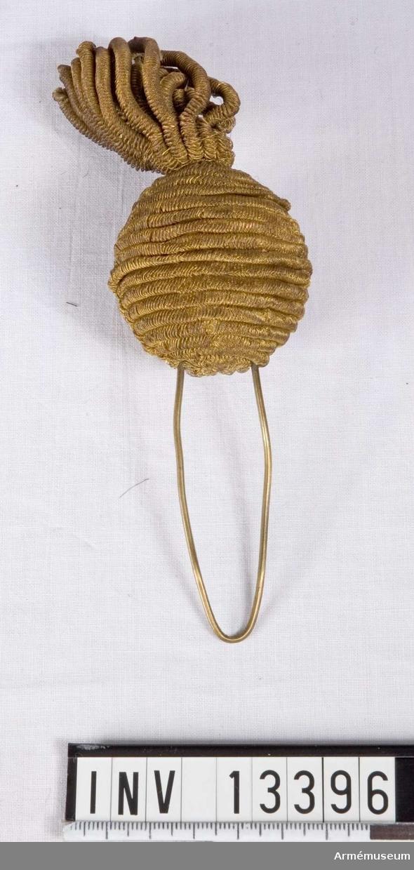Grupp C I. Har form av granat, utförd i guldtråds bouillon.