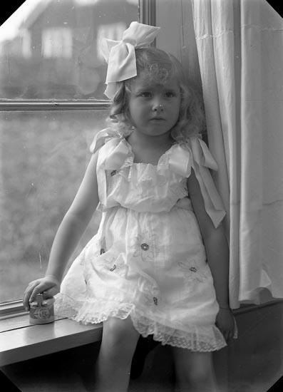 """Enligt fotografens journal nr 4 1918-1922: """"Adlerstråhle, Alice Stenungsön""""."""